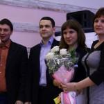 Учитель дарит цветы своему ученику!